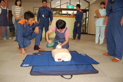 AED操作法と人工蘇生器の使用法を学びました。_a0154110_11352093.jpg