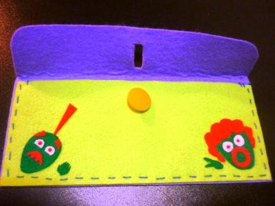 フェルトで手縫いの筆箱。オリジナルキャラクターが笑えます。_e0188087_2212384.jpg