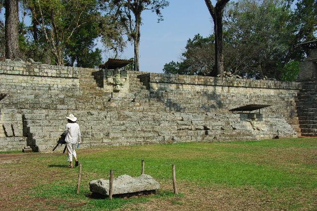 コパン遺跡 (5) 東広場と「ロサリラ・トンネル」_c0011649_23413262.jpg
