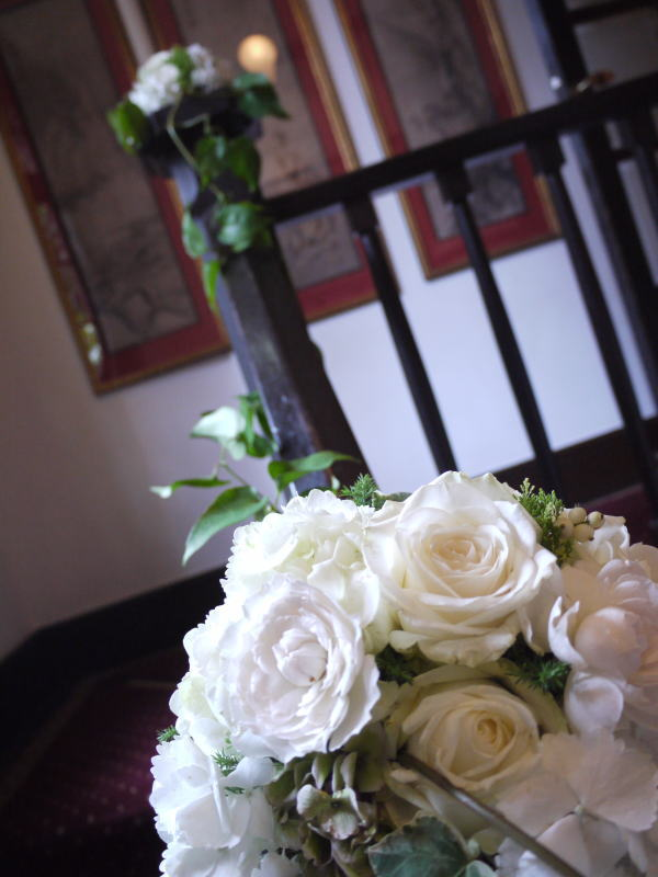 シェ松尾松涛レストラン様の装花 秋の白のバラ _a0042928_22415111.jpg