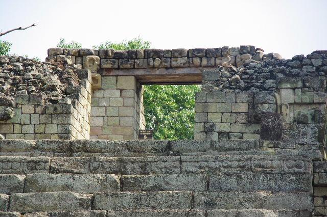 コパン遺跡 (5) 東広場と「ロサリラ・トンネル」_c0011649_0213498.jpg