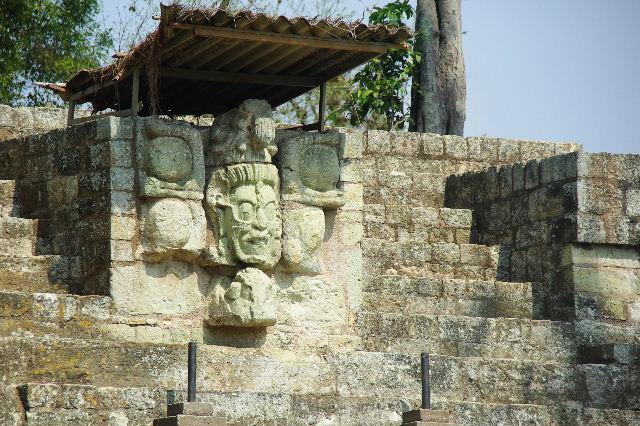 コパン遺跡 (5) 東広場と「ロサリラ・トンネル」_c0011649_021579.jpg