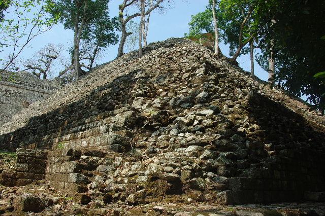 コパン遺跡 (6) 東広場から神聖文字の階段へ_c0011649_1033522.jpg
