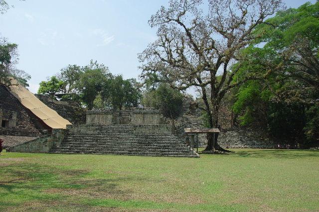 コパン遺跡 (6) 東広場から神聖文字の階段へ_c0011649_10385499.jpg