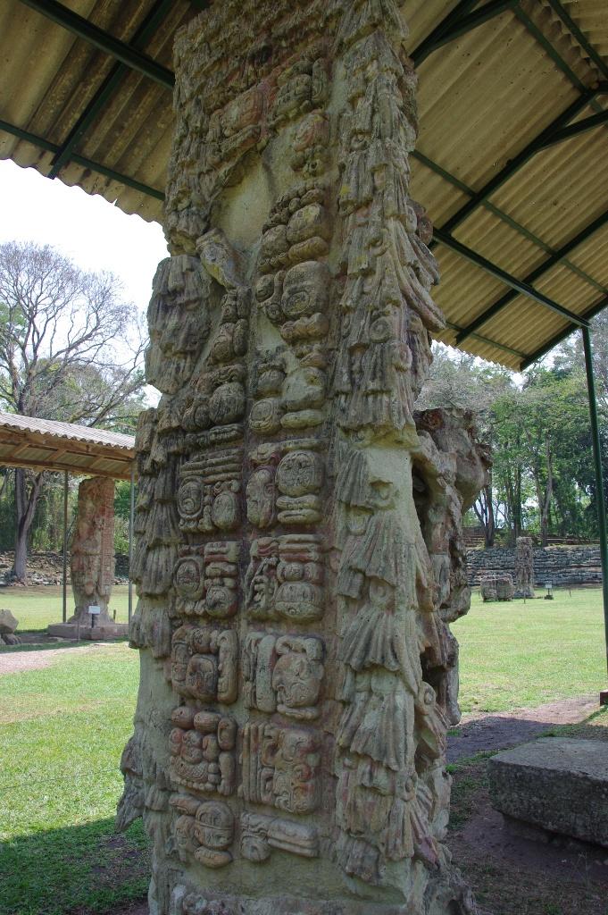 コパン遺跡 (8) グランプラザのステラ(石碑)群_c0011649_19532346.jpg