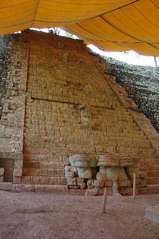 コパン遺跡 (7) 神聖文字の階段と球戯場_c0011649_7144624.jpg