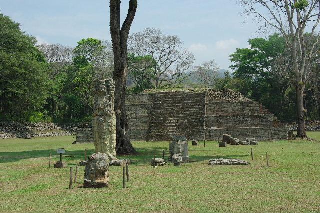 コパン遺跡 (7) 神聖文字の階段と球戯場_c0011649_832444.jpg