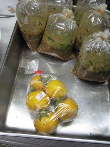 タイ料理のお惣菜と黄色い丸ナス