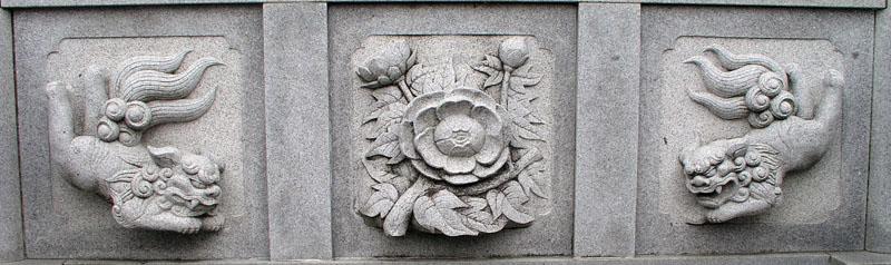 両端に獅子紋・中央に牡丹紋を置く3間の羽目板部(その8)_e0113570_20443675.jpg