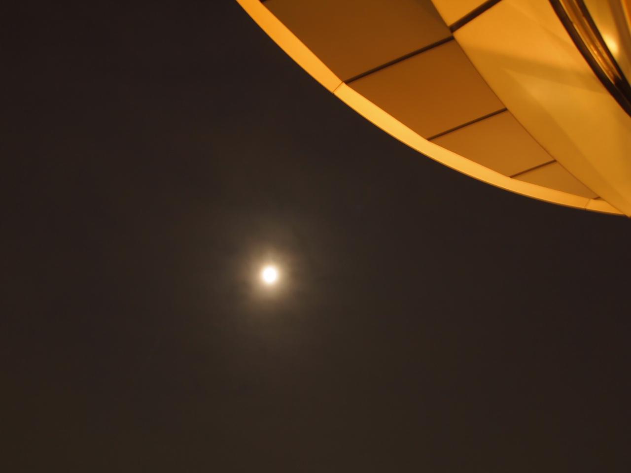 夜景に満月。空近い。_a0050302_3342813.jpg