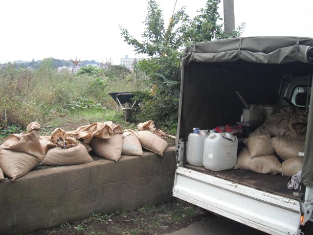 今日は堆肥の運び入れと草刈り・・葉物の収穫・・_c0222448_1245726.jpg