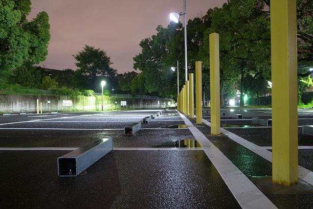雨上がりの駐車場
