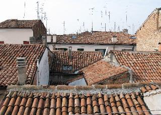 赤い屋根、フェッラーラのゲットー_a0169172_1913938.jpg