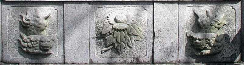 両端に獅子紋・中央に牡丹紋を置く3間の羽目板部(その13)_e0113570_2219548.jpg