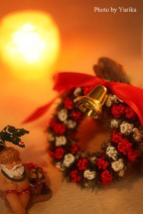 * キャンドルの光の中のクリスマスリース *_c0083904_144669.jpg