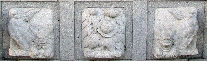 両端に獅子紋・中央に牡丹紋を置く3間の羽目板部(その16)_e0113570_2223874.jpg