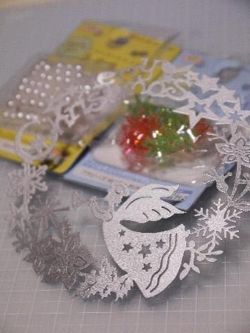 100均でクリスマス飾り & 古い食器棚の利用法・・・_e0086864_23382479.jpg