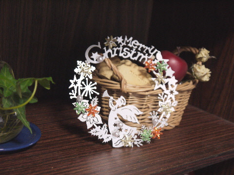 100均でクリスマス飾り & 古い食器棚の利用法・・・_e0086864_2339401.jpg