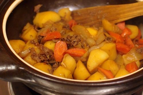 土鍋でたっぷり肉じゃが / かぼちゃのサラダ_c0110869_21224056.jpg