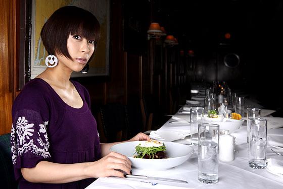料理を前にした宇多田ヒカル