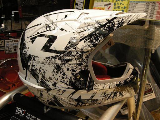 やまたのおろちでもヘルメットの数足りないねっていうぐらい入荷してきました。_f0062361_222742.jpg