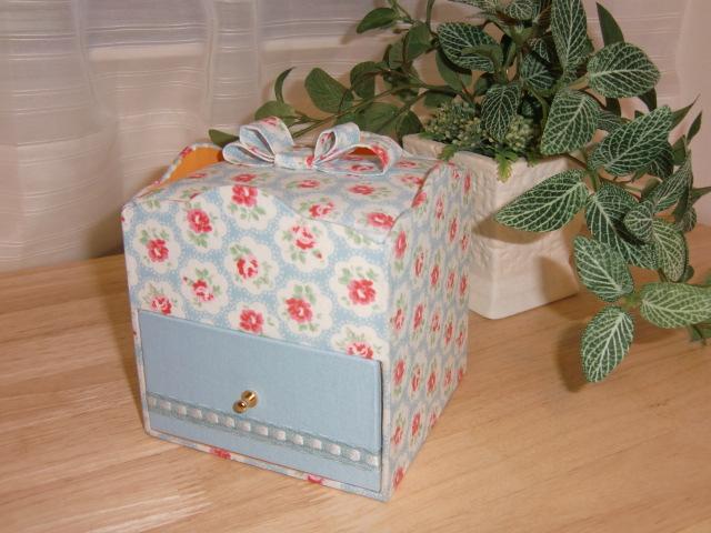 お菓子BOXとプラリネロール_f0214388_11471347.jpg