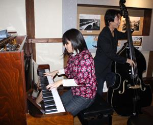 茶色いピアノを蔵織に持ってきた小黒さんたちのうちあげ_d0178448_10142466.jpg