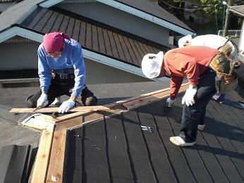 雨漏りしていた屋根の部分葺き替え~工事開始です!_d0165368_742475.jpg