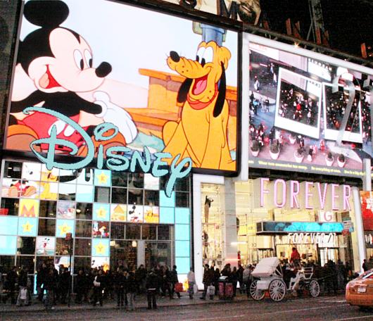 NYのタイムズ・スクエアに巨大ディズニー・ストアが新オープン!!!_b0007805_728654.jpg