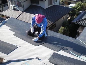 雨漏りしていた屋根の部分葺き替え~葺き替え工事開始。_d0165368_9292830.jpg