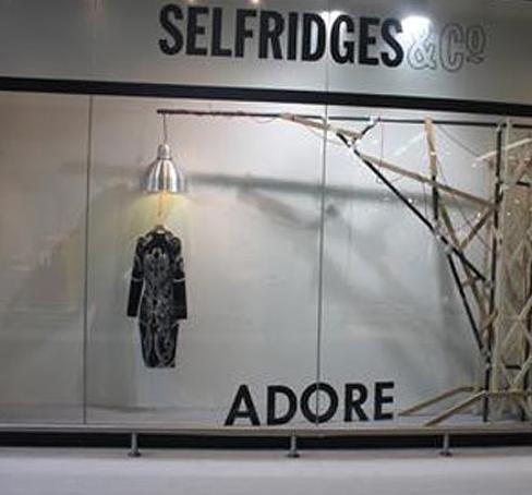 服を下げている物が絞首台のよう セルフリッジズ百貨店でしか買えないモノ☆ : ロンパラ!(LON