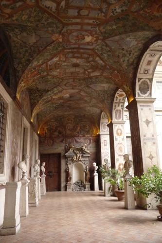 古代ローマの至宝を集めた小さな美術館~パラッツォ・アル・テンプス_f0106597_6332476.jpg