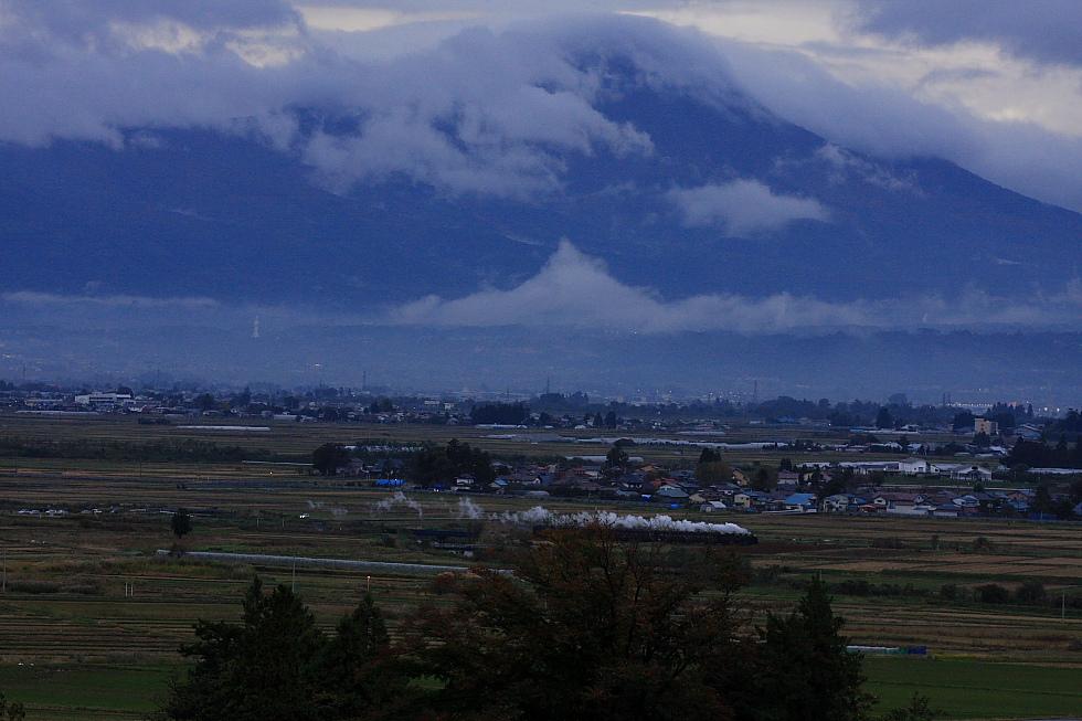 2010年秋 只見紅葉号 本運転(おまけ) - 雨雲絡む磐梯山 - _b0190710_7585458.jpg
