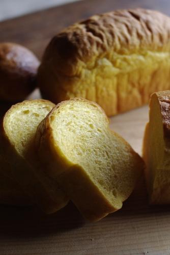 かぼちゃミニ食パン / 白花豆の自家製味噌あんぱん_c0110869_2373943.jpg