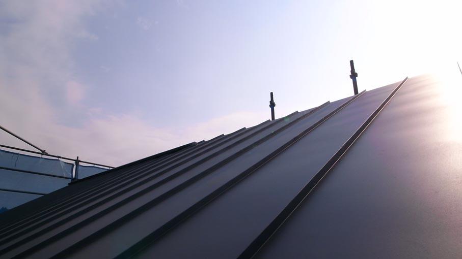 屋根板金がほぼ完了_b0061387_23154828.jpg