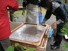 八ッ杉千年の森のイベント「和紙に炭を漉く」開催_e0061225_1355323.jpg
