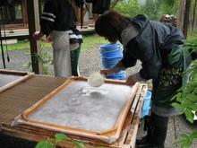 八ッ杉千年の森のイベント「和紙に炭を漉く」開催_e0061225_13554328.jpg