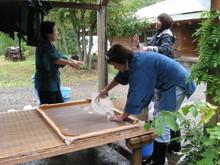 八ッ杉千年の森のイベント「和紙に炭を漉く」開催_e0061225_1355515.jpg