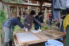 八ッ杉千年の森のイベント「和紙に炭を漉く」開催_e0061225_13555181.jpg
