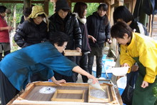 八ッ杉千年の森のイベント「和紙に炭を漉く」開催_e0061225_13594354.jpg