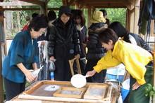 八ッ杉千年の森のイベント「和紙に炭を漉く」開催_e0061225_13595316.jpg