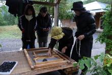八ッ杉千年の森のイベント「和紙に炭を漉く」開催_e0061225_1464224.jpg
