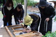 八ッ杉千年の森のイベント「和紙に炭を漉く」開催_e0061225_1471835.jpg