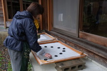 八ッ杉千年の森のイベント「和紙に炭を漉く」開催_e0061225_1474358.jpg