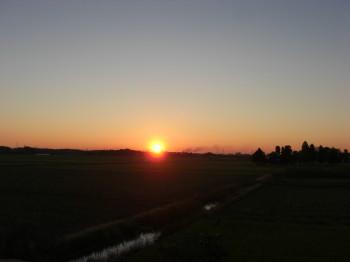 朝日も6時ぐらいに  紅葉も・・・・_b0111791_17253679.jpg