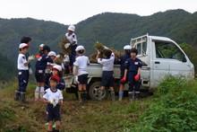 南中山小学校の子供達が大豆の収穫をしました_e0061225_9203969.jpg