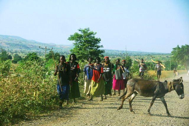 エチオピア(26) 荷を運ぶ、コンソ族の女たち_c0011649_7415828.jpg