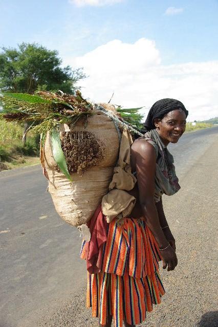 エチオピア(26) 荷を運ぶ、コンソ族の女たち_c0011649_7513916.jpg