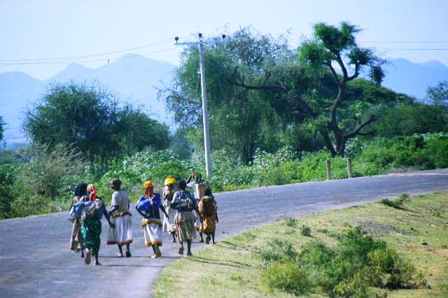 エチオピア(26) 荷を運ぶ、コンソ族の女たち_c0011649_759162.jpg