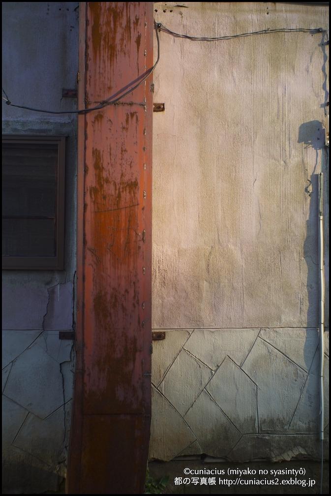 薄いピンクの壁のアパート_f0042194_22375059.jpg